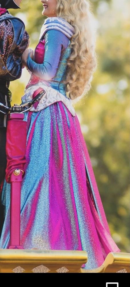生地についての質問です。 海外ディズニーのパレードのオーロラ姫のドレスが見る方向によって色が変わる生地なのですが、この生地は何という生地なのでしょうか。 一般に売っている生地なんでしょうか。 色...
