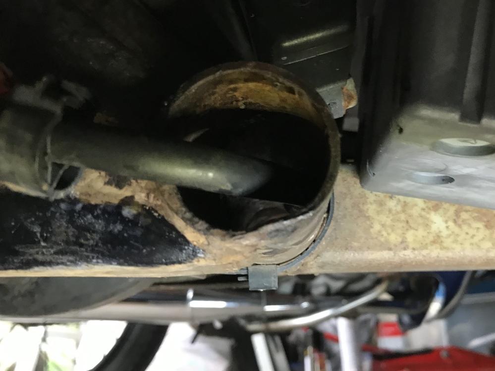 レッツ4 の右下から覗いたら、筒の中に入っている黒いホースがあります。 ガソリン注入口に向かって伸びていて、どこにも繋がっていませんが、何の機能を果たしているのですか?