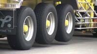 雪道大型トラックのスタックだしゅつですけど、 後輪タイヤの引きずり軸はスタックすると邪魔になるので緊急動作として引きずり軸を上げる事は出来ないのでしょうか? 引きずりを上げると駆動輪に負荷掛けられるメリット、悪路で引きずり軸が駆動軸を持ち上げていた場合簡単な動作でも亀の様に摩擦が駆動軸にかからなくなりダシュツ出来ないのでは?  自衛隊のトラックの様にタイヤ幅が細く大輪でタイヤ数も少ないのが悪...