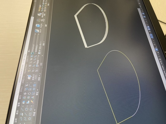 autocad2019を勉強しているものです。 添付の形状を3Dソリッドにモデリングをしたいのですが押上をしても中身が詰まっていない状態で押し上げられます。 結合を使用してもできないのですが手...
