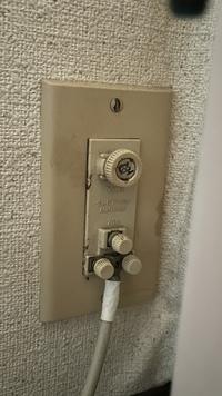古いテレビ端子について質問です。 テレビ側に繋ぐ部分が緩くなってしまったので、ケーブルを交換しようと思っています。 築30年以上のマンションで端子が古いため、F型端子というものに交換したいです。  画...