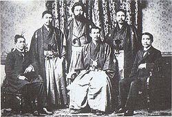 昔の日本人ってなぜ写真では少しカメラ目線からズレたところを見ているのですか?? 世界史でこの写真を見て思ったのですが、孫文はカメラ目線だけど周りの日本人の友人たちはみんなカメラ目線から少しズレた...