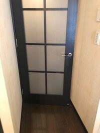 マンションの室内ドアにキャットドアをつけたいと思ってます。ドア下段のガラス1枚を同じ大きさのベニア板と差し替え、キャットドアに合わせて穴を開けてから取り付けるという方法を考えてました。 しかしガラス...