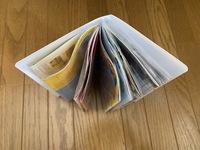 ジャニーズの会報を綺麗に収納する方法教えてください。 調べたところ百均のシールコレクションブックとかいうシール台紙を収納するファイルがピッタリだというので買ってみましたが、ピッタリではなく少しぐにゃ...