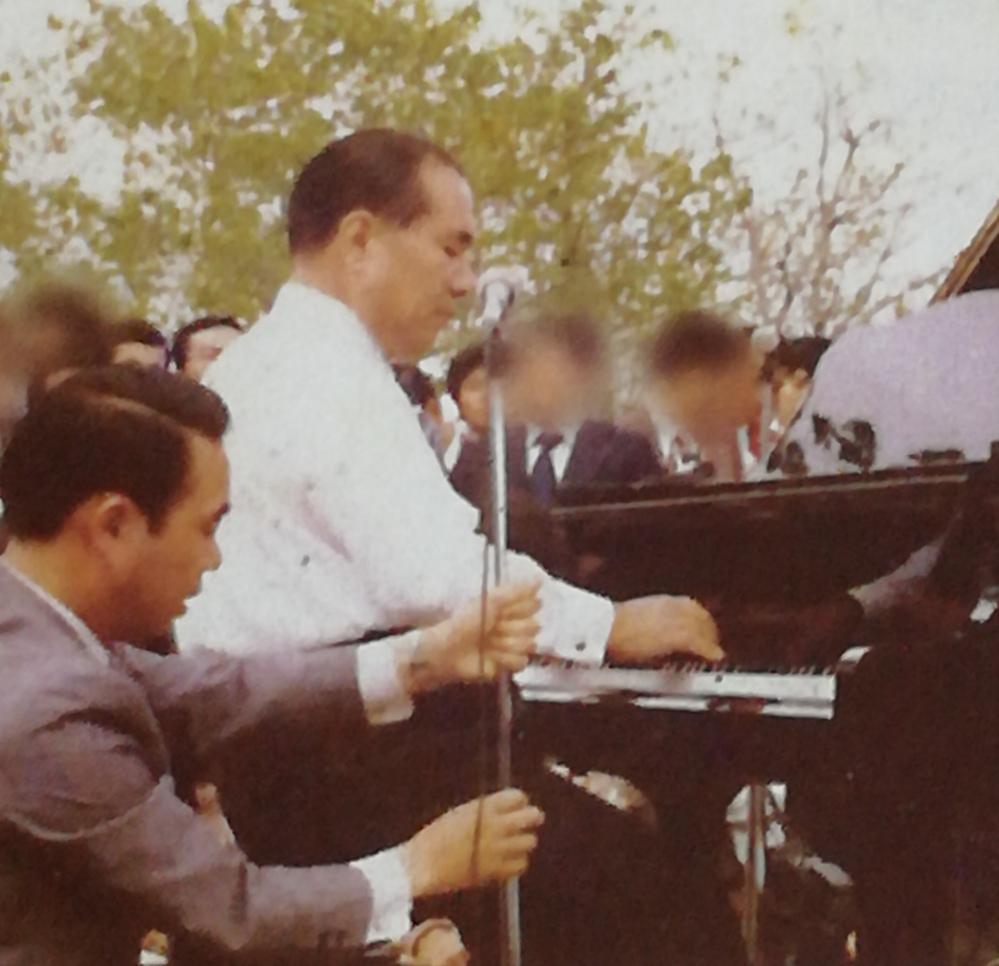池田大作氏のピアノ演奏 素晴らしいです!べらぼー!ヒューヒュー!です! ところで、指の位置と鍵盤の凹んだ位置。 私には異なって見えるのですが、如何でしょう?
