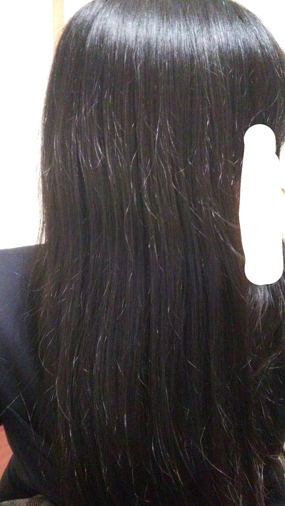 10代のバージンヘアです 綺麗なロングにしたくて伸ばしてます。 写真みたいなアホ毛がすごいです アホ毛におすすめのヘアオイルや、解決方法教えてください!