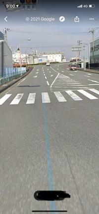ゼブラゾーンについて教えてください。  右折した先に、このようなゼブラゾーンがあります。 ゼブラゾーンは走行禁止とはなっていないので右折後にゼブラゾーンを通り右車線に行ったら左車線から急な割り込みを...