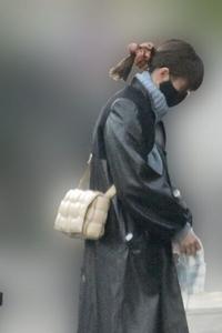 この桐谷美玲が身につけている鞄ってどこのブランドのですか??
