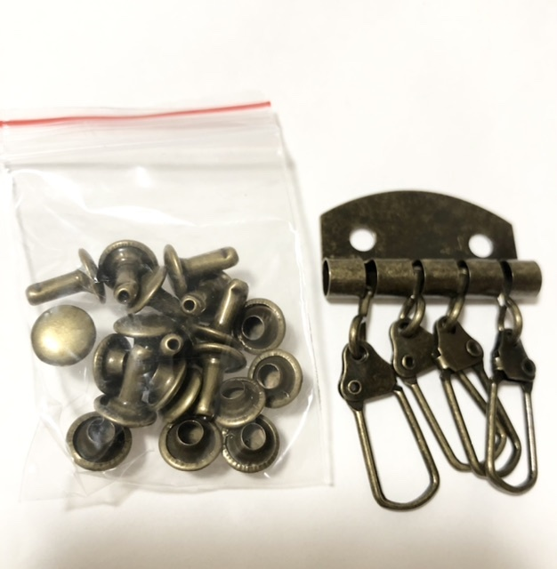 カシメ工具について質問です。 キーケースを自作したいと思い金具セットを購入しました。 写真のものです。 この、カシメ(直径7ミリ)を取り付けるのに必要な工具を教えてください。 穴あけするものと、...