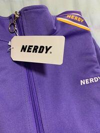 メルカリで8500円ぐらいでNERDYのジャージを買ったんですが、qrコードやnerdyのシールなどが無いんですけどこれって偽物ですか?