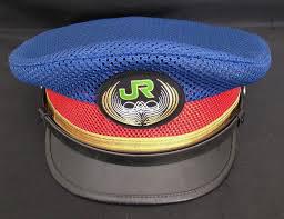 この写真はJRの制帽ですが、警察官などの制帽にも同じ形のものが有りますよね。 この形の帽子は何と言う種類のものでしょうか?
