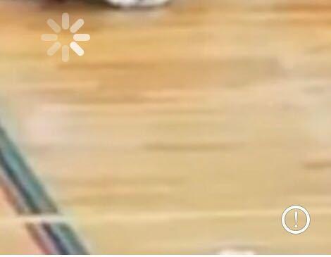 iPhoneのカメラロールで動画を見ようとすると、画面右下にこのようなびっくりマークが出てしまい、再生できないのですが、これはどうすれば再生されるのでしょうか?