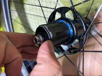 ロードバイクのホイール(カンパニョーロシロッコ)のカセットフリーハブの部分が割れている?これは元からですか?