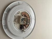 蛍光灯照明器具本体の外し方 1998年に取り付けたPanasonic蛍光灯照明器具HA8827を外そうとしましたが、上手くいきません。外し方を教えてください。