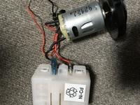 掃除機のニカド電池を捨てたいのですがどこをどうすればいいですか? どこかの線をニッパーで切ると爆発とかしないですよね?