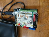 Arduinoのプログラムについて質問します! まず、下のような回路があります! この、回路は信号機のプログラムです! 歩行者用と車行用の信号機を作りたいのですがスケッチが分かりません!ifとかfor文も使えと指示があるのですがプログラムが書けないのですよね! なので、教えてください!