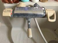 蛇口のシャワーからぽたぽたと水が漏れます。原因と直し方を教えてください。この蛇口のメーカー名も教えてください。