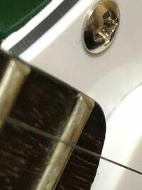 ギターのフレット浮き(?)についてです 3ヶ月前にサウンドハウスでプレイテックのストラトのギターを買いました。  今まではそんなに気になってなかったんですが、最近そのギターを弾く機会が増えて、ギターを弾...