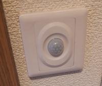 人感センサーをスイッチ回路につけた従来型の蛍光灯があります。蛍光灯が暗くなってきたのでLED蛍光灯に取り替えたいと思っています。 120CMの直管蛍光灯です。 スイッチ回路はON/OFFスイッチのところに中国製の...