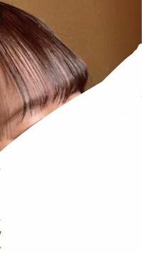 前髪の巻き方についての質問です。 写真の通りに巻くことができません。 自分がやると真ん中より少ししたくらいがカーブするようになってしまいます。 どうしたらこのように巻けますか?