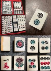この麻雀牌についてです。  ①製造メーカーはどこか。 ②いつ頃製造されたのか。  竹牌です。 噛み合わせは、凸に返しがついている形です。 赤ドラはありません。 そのかわり、白がもう4枚。  ピンズは、黒、緑、赤、と塗り分けられています。  わかる方いらっしゃいますか?