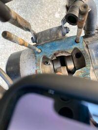 NS1シリンダー外した際に冷却水がエンジン内に入ってしまいました揺らしたら下で浸っている状態です。 冷却水どうやって取り除けばいいでしょうか。 わかる方回答お願いします。
