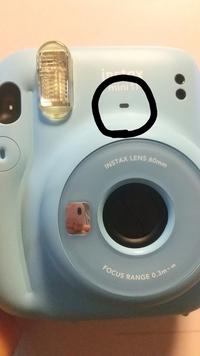 Instax mini11 (チェキ) のことで質問なんですが、フラッシュのとこの光が点灯しているにシャッターボタンを押すと点滅しフィルムがてでこず写真が撮れません。 どうしてでしょうか?(買ったばかりです。)