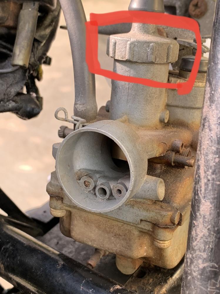 古いオートバイ のキャブレター。AR-80 です。赤枠のパーツはどうやって外すのでしょうか。特殊工具が必要なのでしょうか?
