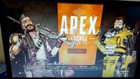PS4版APEXについて 添付の画像のような画面から先に進めません。どうしたら先に進めるのでしょうか? ネット回線の確認・本体再起動・アプリや本体のバージョンの確認等思いつく限り行いました