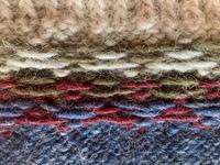 編物初心者レベルです。 初めて編み込み模様のプルオーバーのセーターに挑戦しました。 裾から、輪編みで1目ゴム編み14段、編み込み模様8段、その後袖下まで単色で 編み終えて、渡り糸が長くなっている段が5箇所...