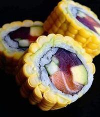 トウモロコシ寿司だそうです(from Brazil)。 . どう思いますか?甘いトウモロコシが玉子焼きを表現してるような?炭水化物過多のような?
