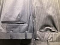 オーダースーツについて。これはデザインですか?お店のミスですか?   2種類の同じオプションでスーツを作りました。 ズボンの後ろポケットがハンガーに引っ掛けて吊るすと、1種類だけ目から上がります。   これはデザインなのでしょうか、、?