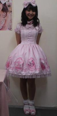この女性がこの服装で回転したらスカートはどうなる? . この女の子が、 この服装でバレリーナの様に身体を高速でクルクル回転させると、 この女の子が着ている洋服のスカートは遠心力でどう変形しますか?  この時点でも既にフワッとお椀みたいな形に膨らんでいますが、 更に大きく膨らみ、フリスビーみたいな面白い形になりますか?