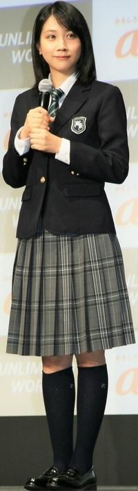 この女子高生がこの服装で回転したらスカートはどうなる? . この女子高生が、 この制服姿でバレリーナの様に身体を高速でクルクル回転させると、 この女子高生が履いているスカートは遠心力でどう変形しますか?