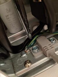 アース線と冷蔵庫を接続したいのですが 冷蔵庫側のネジが非常に固くてどうしても回りません。 一番手前のやや胴っぽい色をしたネジです。 ドライバーを回すための空間もギリギリで、手をぶつけながらですごく狭くて苦戦しています。  これは、普通のプラスドライバーで回るはずのネジですか? どうしたら回るでしょうか…