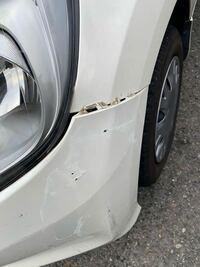車を電柱にぶつけてしまいました。 よく見るとバンパー部分がこのようになっておりました。 これは自分でもなおせますでしょうか…   ご回答お願い致します。