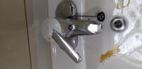 洗面台の蛇口のレバーが壊れましょう。 レバー交換は素人でも可能でしょうか。 →ホームセンターで材料は売っていいますか。 プロに頼むと材料込でいくら位かかりますか。