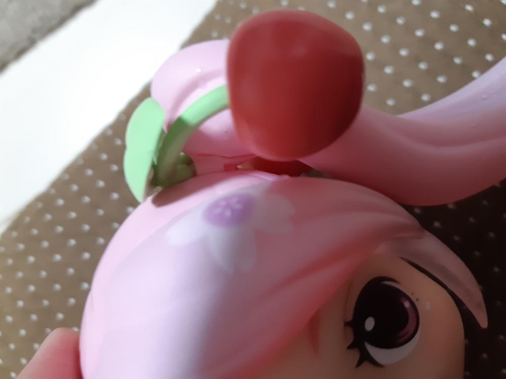 ねんどろいどの桜ミクなんですが、ツインテールの部分が写真のように最後まで刺さりません。お湯で温めても無理でした。 抜こうとしても抜けません。どうすればいいですか?
