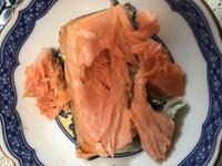 今日、鮭のカマ焼きをスーパーで買ったのですが、中身が生焼けのようです。   これは食べられますか? スーパーに持って行ったら返品できますか?