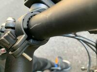 自転車のライトをこのように設置しているのですが、ライトが重くて下を向いてしまいます。 なのでもっと強く固定したいのですが、もっと強く固定する方法などはございますか?