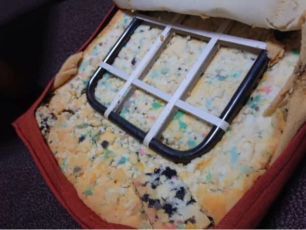 座椅子のカバーを洗濯しようと思い、チャックを開けたらスポンジが画像の様な状態でした。 これはカビでしょうか?