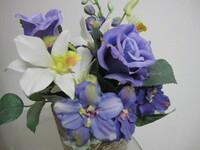 造花です。 薔薇は分かりますが、白花と下の青い花の名前は何でしょう? 似た花でもよいのでお分かりになる方、教えてくださいますか。