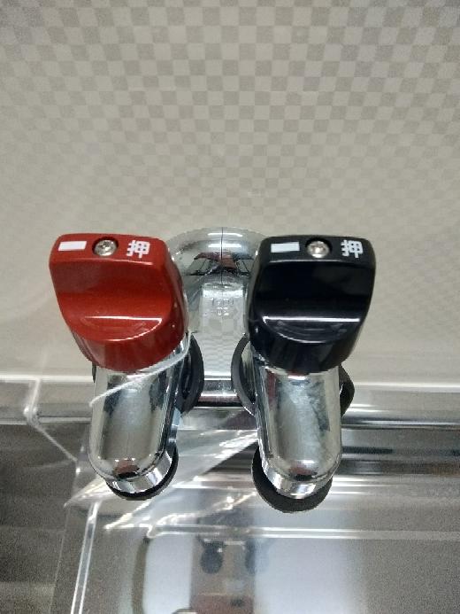 このガス栓って色違いでついてますが、なんか意味あるんですか?どっちに繋いでもいいのですか?