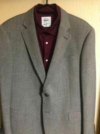 質問です。 このスーツにはどんな色のストールが似合いますか? 自分はファッションセンスがないので教えて頂けたら嬉しいです。