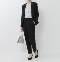 新卒入社式のスーツ 画像のようなノーカラーのジャケット、ブラウスでもよいでしょうか。 勤務先は医療機関で、スーツ着用とのみ指定があります。