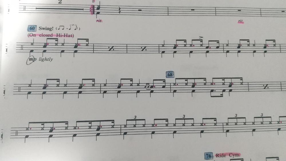 中一の吹奏楽です。 ドラムの楽譜なんですが、昔の曲ということもあっていつもと楽譜が違って記号がよく分かりません。 スネア、バスドラはわかるのですが、ハイハットとシンバルの違い等のその他が分かりま...