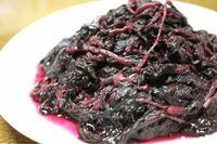 梅干しの中の赤紫蘇、 何か使い道ありますか?  大瓶で梅干しもらいました。 梅干しは食べますが、紫蘇だけがどんどん残ってます。  あの赤紫蘇はどうやって食べるといいです?