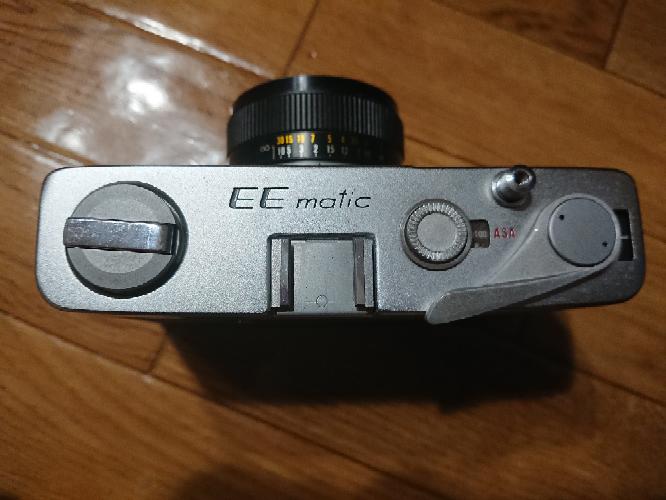 KONICAのEE-maticというフィルムカメラを手に入れました。 ファインダーの掃除をしたいのですが、上蓋の開けかたを教えていただけないでしょうか? また、ファインダーを掃除する際気を付ける...