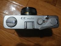 KONICAのEE-maticというフィルムカメラを手に入れました。 ファインダーの掃除をしたいのですが、上蓋の開けかたを教えていただけないでしょうか? また、ファインダーを掃除する際気を付けることなどはあります...