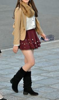 本日、この格好で街中を歩いています。 女性の友達に写真を撮って貰いました。 可愛くできてるでしょうか? 可愛い女の子に見えますか? 女装です。